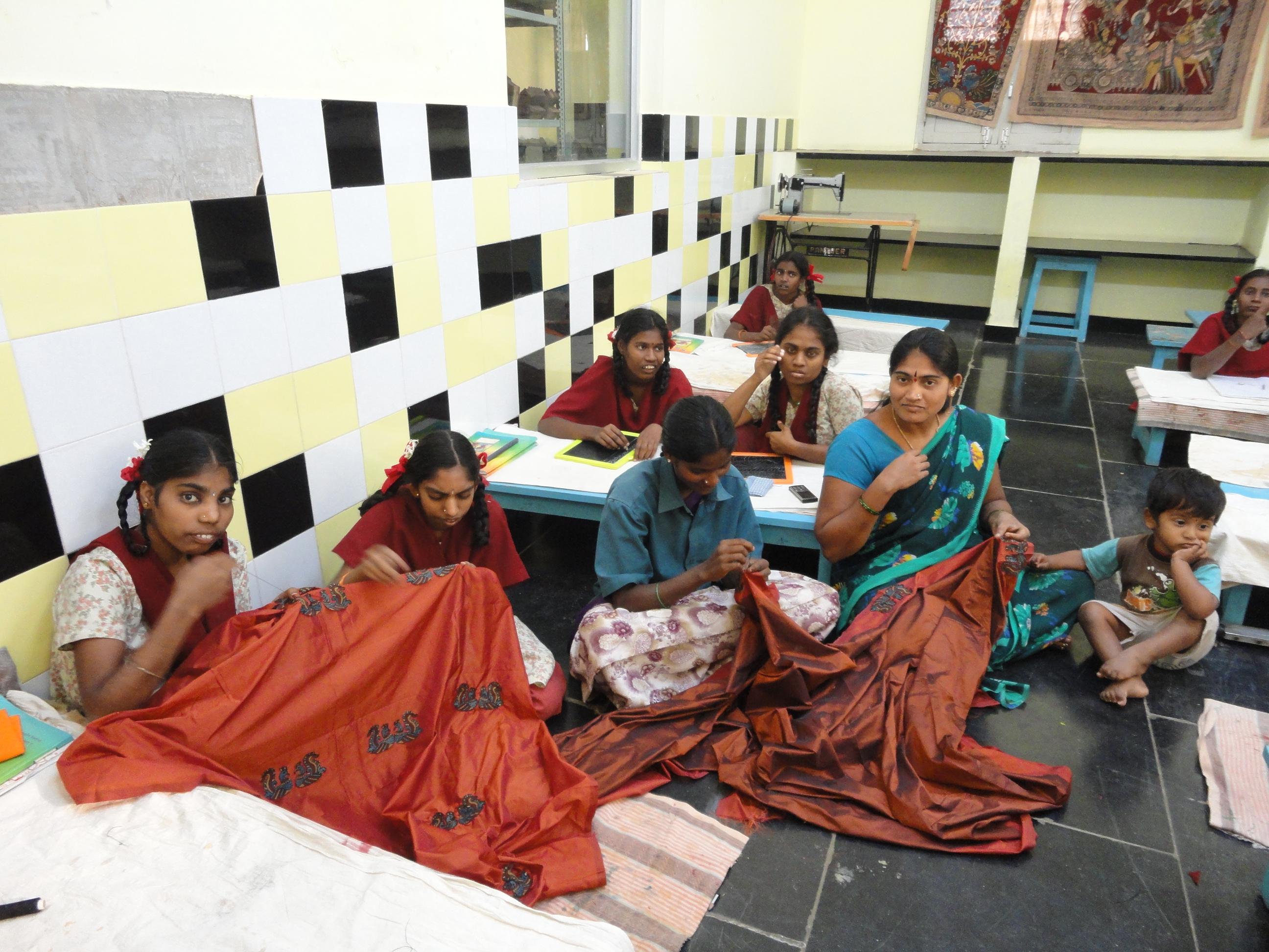 Niñas discapacitadas indias trabajando con telas. Fundación Vicente Ferrer