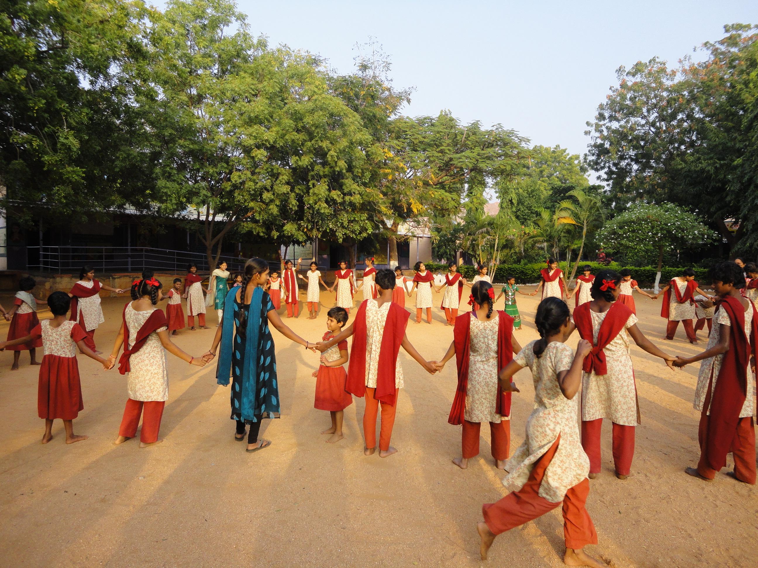 Niñas discapacitadas indias jugando en la escuela. Fundación Vicente Ferrer