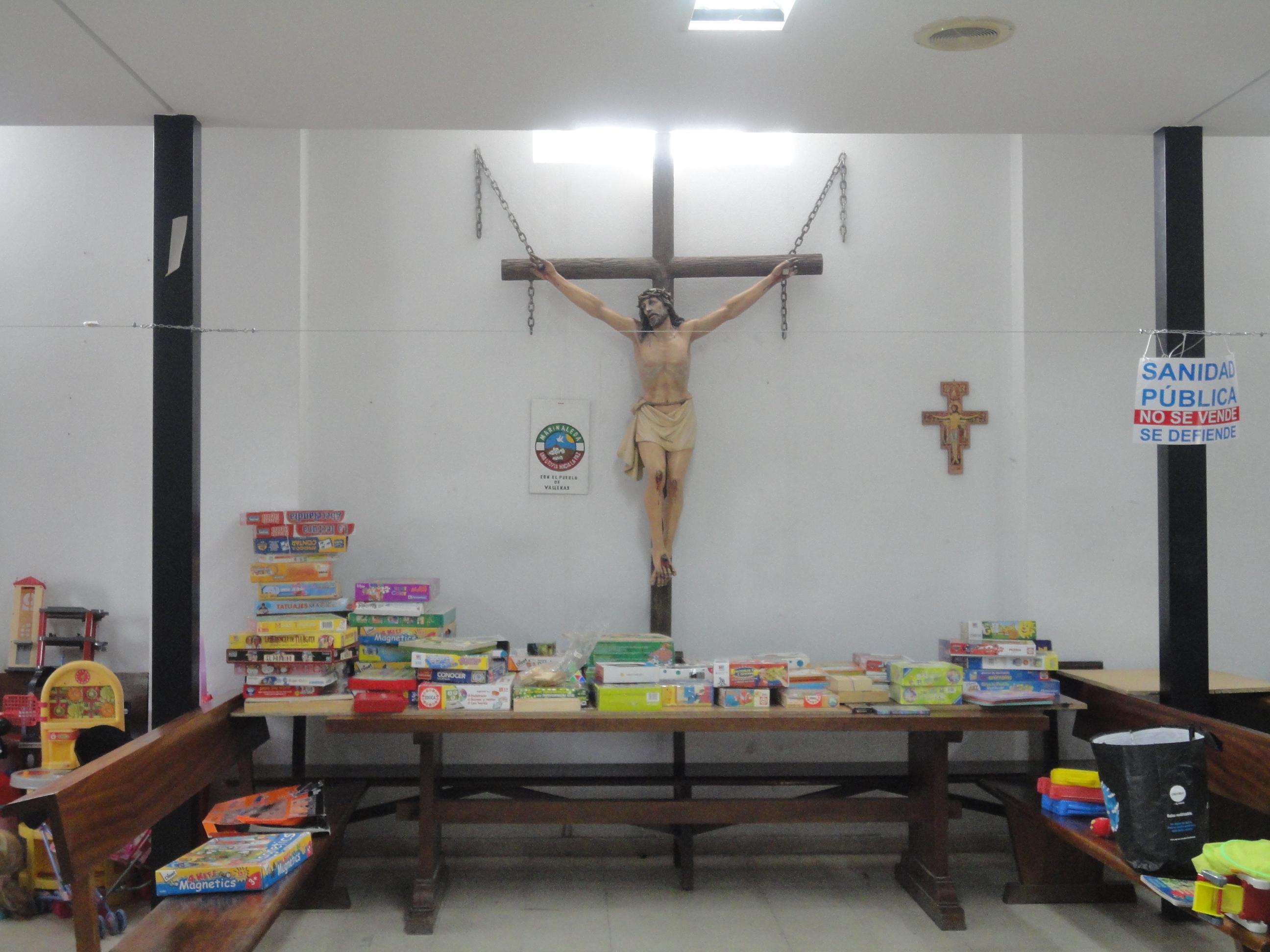 Crucifijo y juguetes