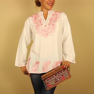 camisa blanca bordada en rosa de Dando un Paseo