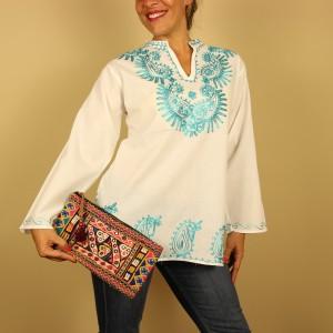 camisa blanca bordada en turquesa de Dando un Paseo