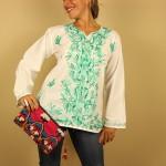 camisa blanca bordada en verde de Dando un Paseo