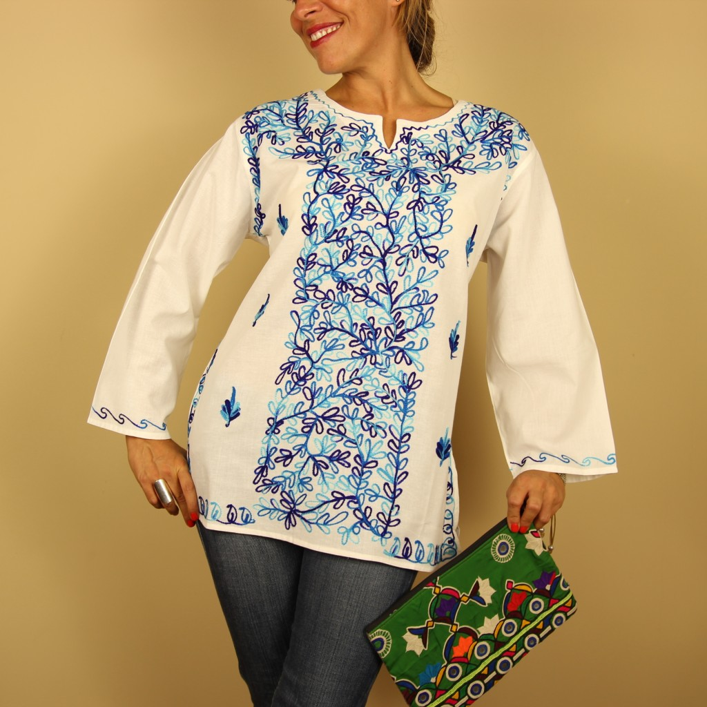 camisa blanca bordada en azul de Dando un Paseo